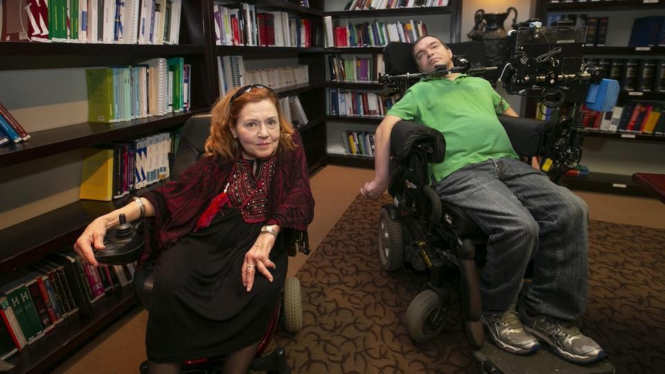 Nicole Gladu et Jean Truchon, atteints tous deux de maladies dégénératives incurables, dans le bureau de leur avocat Me Jean-Pierre Ménard.