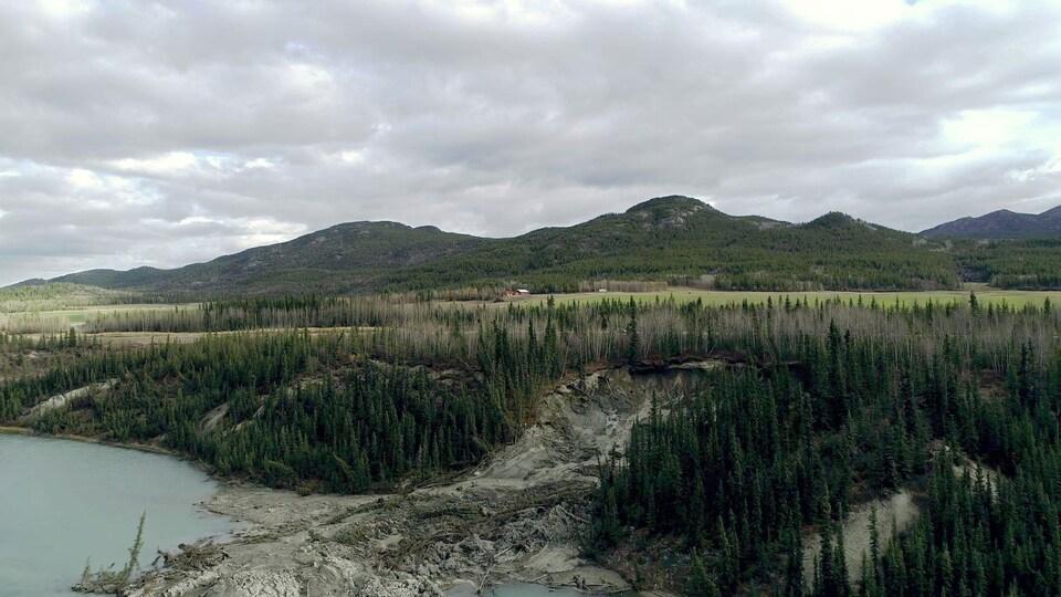 Un glissement de terrain dû à la fonte du pergélisol près de Whitehorse.
