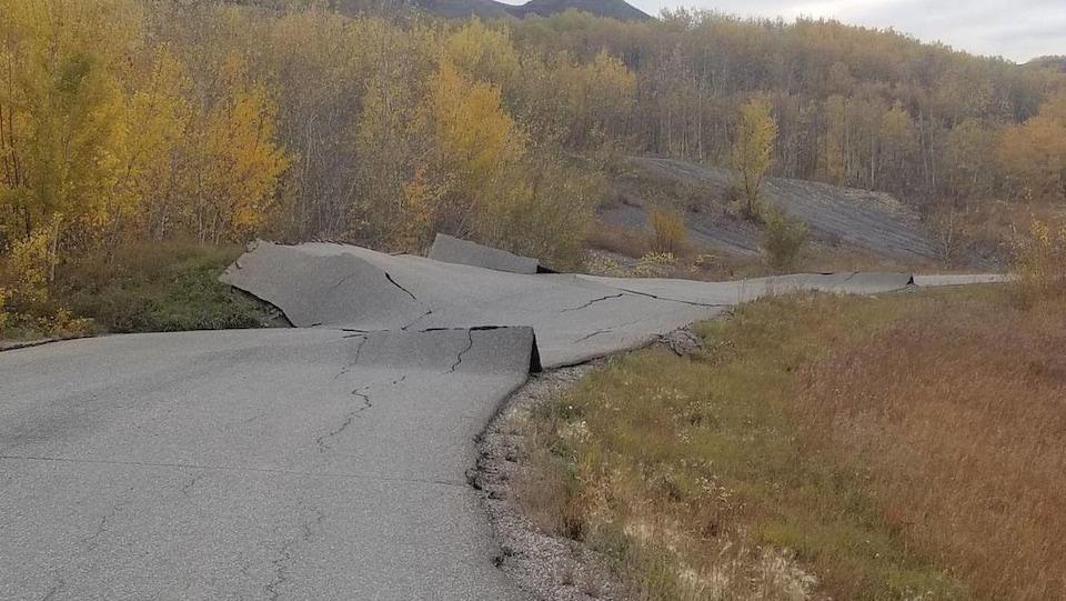 La route asphaltée est retroussée.