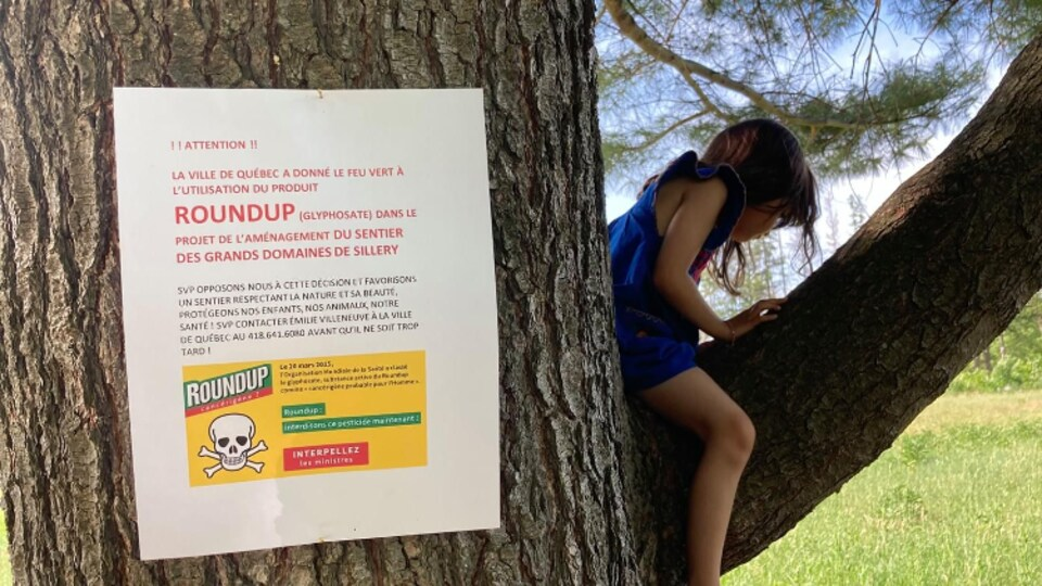 Une affiche avertissant de l'utilisation imminente du Roundup à Québec