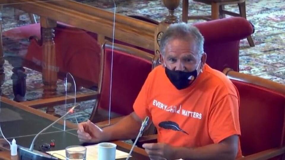 Steve Ginnish, directeur forestier de l'entreprise Mi'gmawe'l Tplu'taqnn Inc. basée à Eel Ground, est assis lors de l'Assemblée législative.