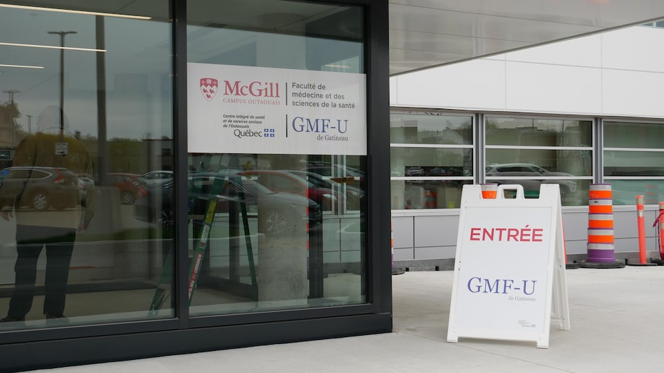 L'entrée du GMF-U de Gatineau. Il y a également une affiche sur laquelle on voit le logo de l'Université McGill.
