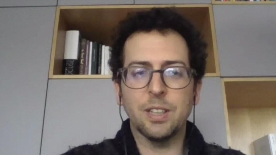 Un homme lors d'un appel vidéo.
