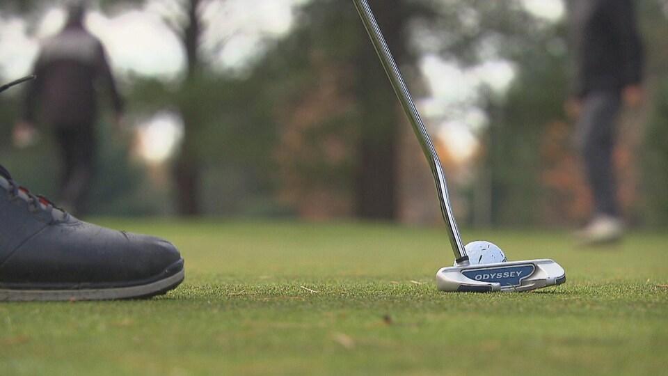 Un joueur s'apprête à frapper une balle de golf.