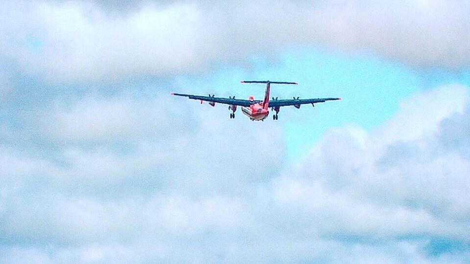 L'appareil vole à faible altitude