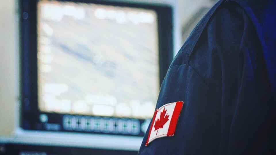 Un petit drapeau canadien cousu sur l'uniforme d'un officier
