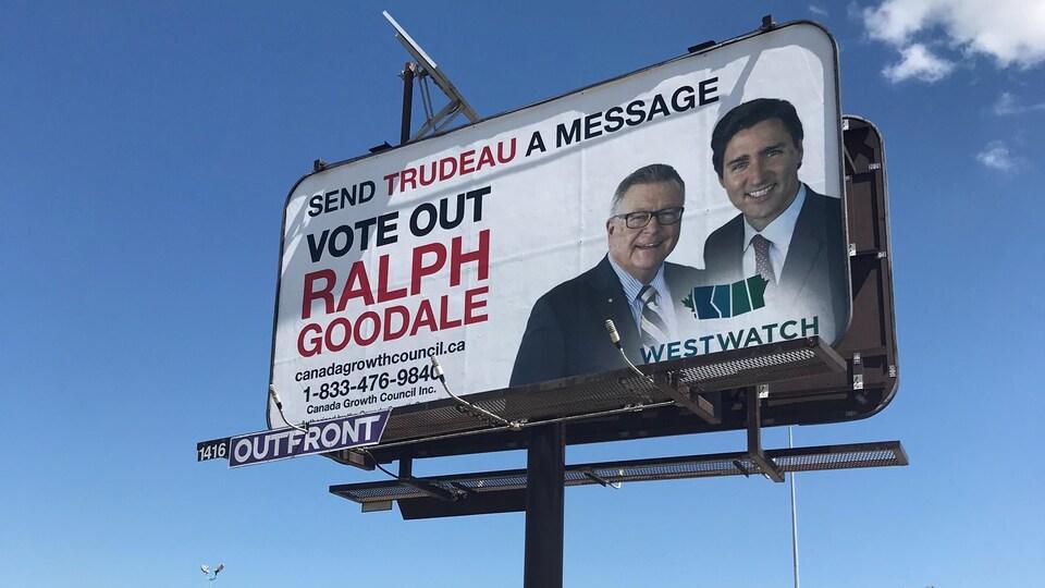 À gauche d'une photo de Ralph Goodale et de Justin Trudeau, il est écrit en anglais « Envoyez un message à Trudeau, ne votez pas Ralph Goodale ».
