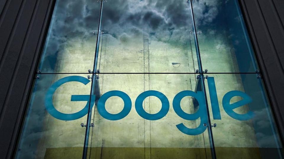 Le logo de Google sur la façade d'un édifice.
