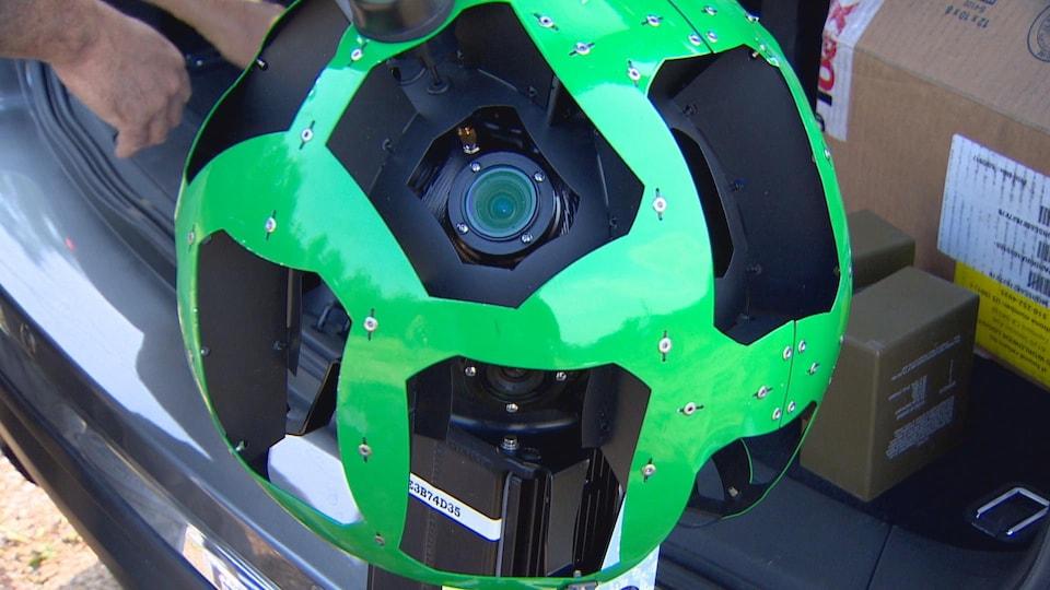 Une photo montrant une grande caméra à 360 degrés de couleur verte.