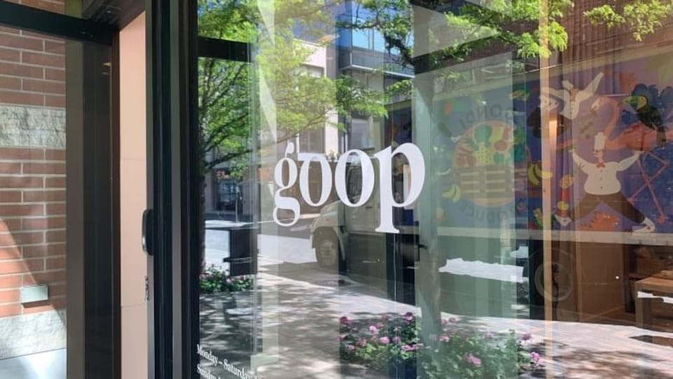 Le mot «Goop» est inscrit en lettrage blanc sur une vitrine de commerce.