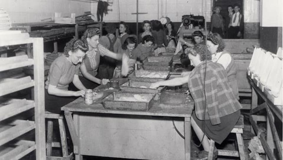 Des travailleuses salent la morue avant l'empaquetage, à l'usine Gorton-Pew, à Caraquet, en 1944.