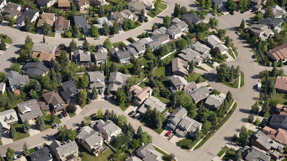 Vue aérienne de maisons dans un quartier résidentiel.