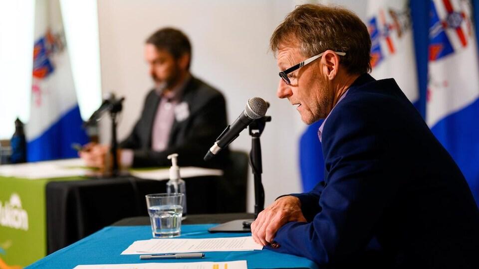 Le Dr Brendan Hanley parle devant un micro.