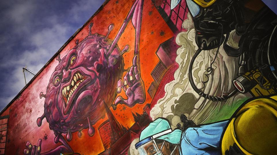 Une murale affiche une caricature du coronavirus sur un mur à Birmingham
