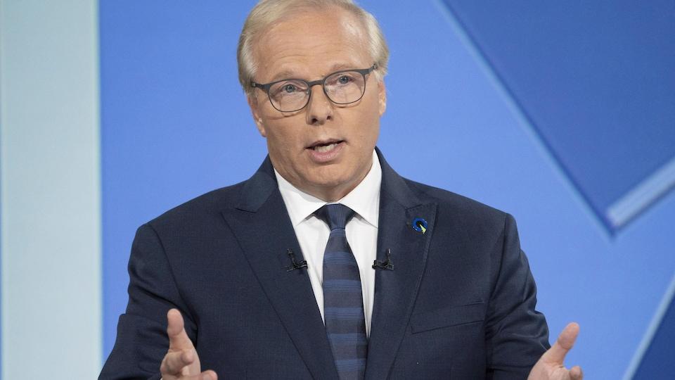 Jean-François Lisée, les mains écartées, s'exprimant lors du débat des chefs.