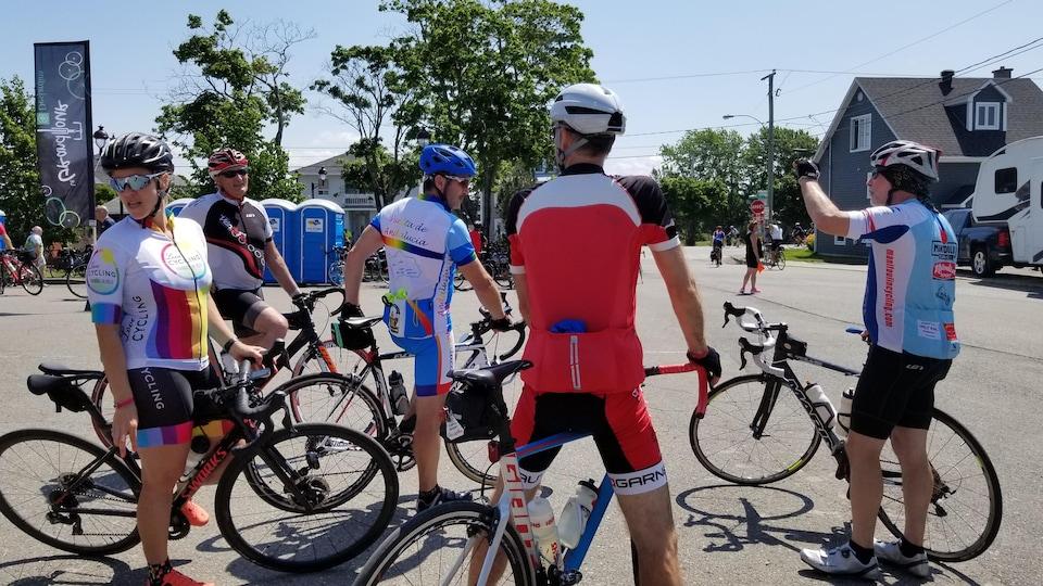 Un groupe de cyclistes prend une pause le long de la route.