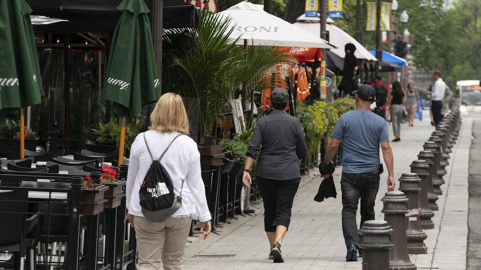 Des passants sur la Grande Allée à Québec.