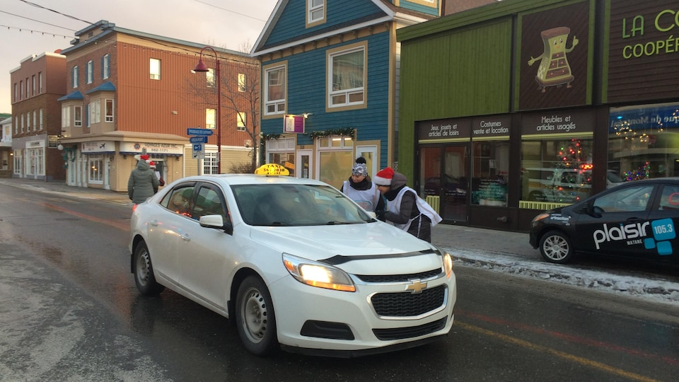 2 représentants des médias récoltent des dons des automobilistes sur la rue St-Jérôme à Matane.