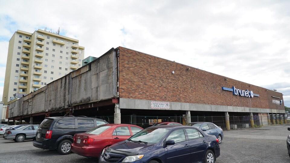 Un complexe immobilier en mauvais état au centre-ville.