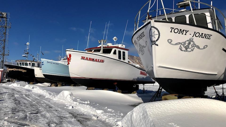Des bateaux hors de l'eau en hiver.