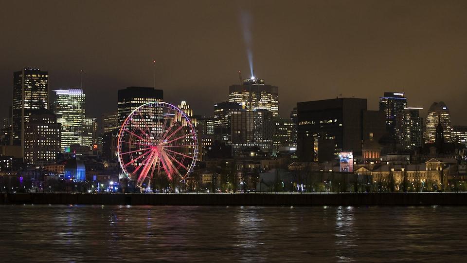La Grande roue du Vieux-Port de Montréal illuminée pendant la nuit.