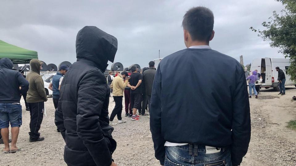Deux Afghans vus de dos.