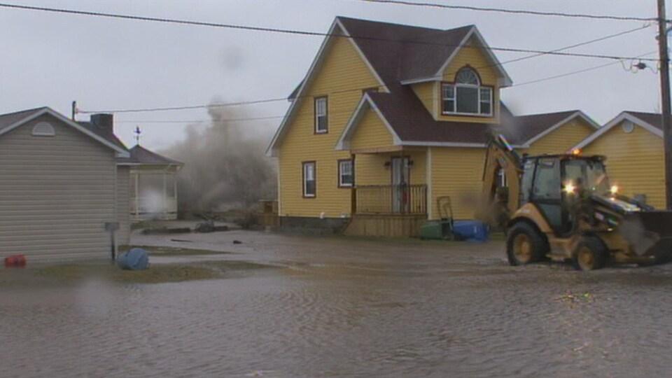 Une vague frappe le rivage lors des grandes marées de 2010 à Maria en Gaspésie.