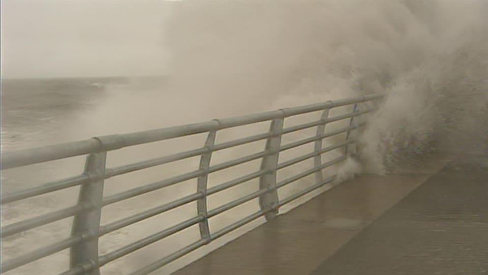De fortes vagues frappent la Promenade de la mer à Rimouski le 6 décembre 2010.
