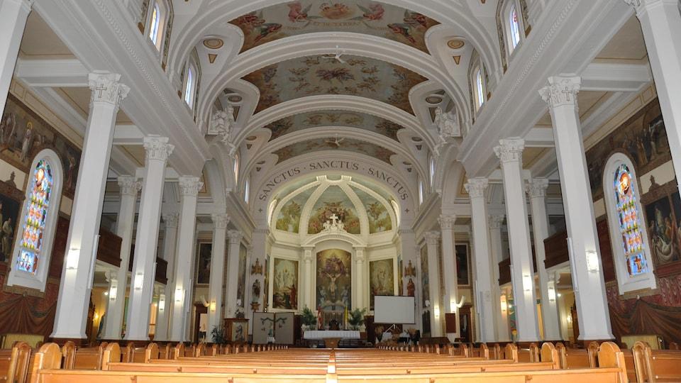 L'intérieur d'une cathédrale.