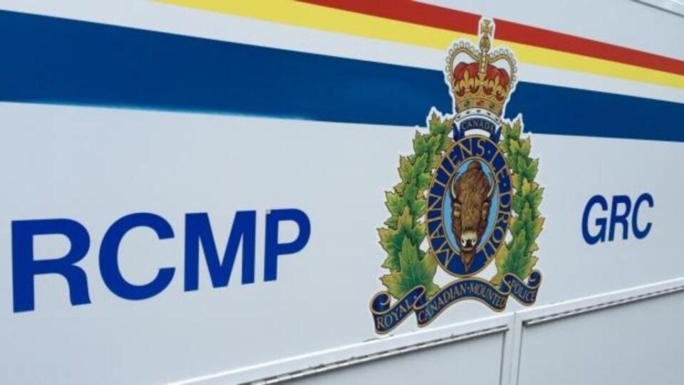 Logo de la Gendarmerie royale du Canada sur un véhicule.