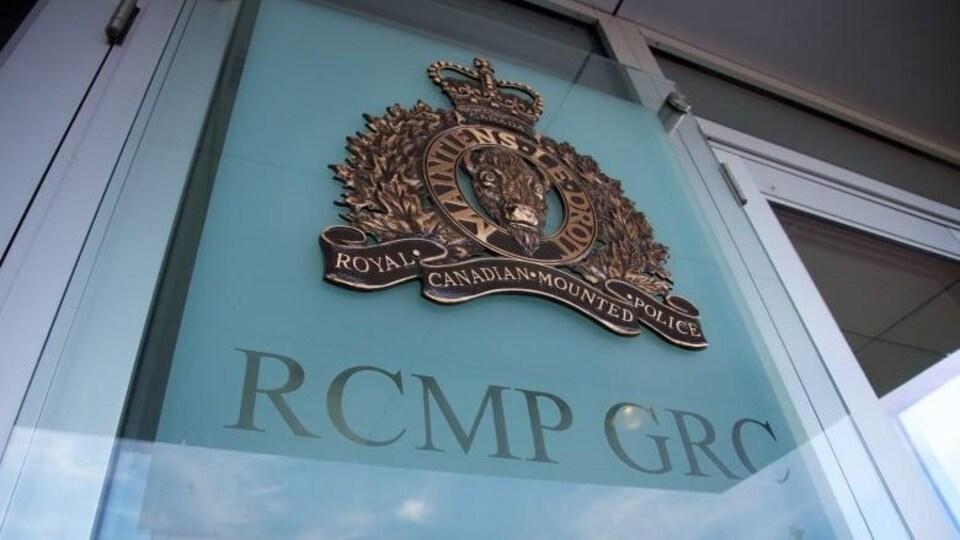Un logo de la GRC sur la fenêtre d'un immeuble.