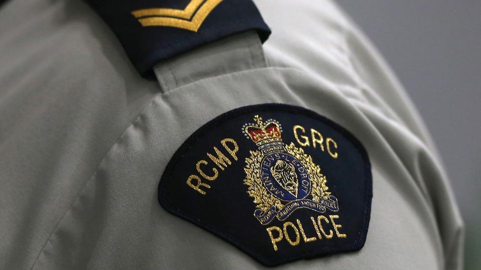 L'écusson portant les armoiries de la Gendarmerie royale du Canada est cousu sur la manche de la chemise d'un agent (archives).