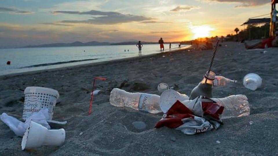 Des bouteilles de plastiques jonchent une plage de Grèce.