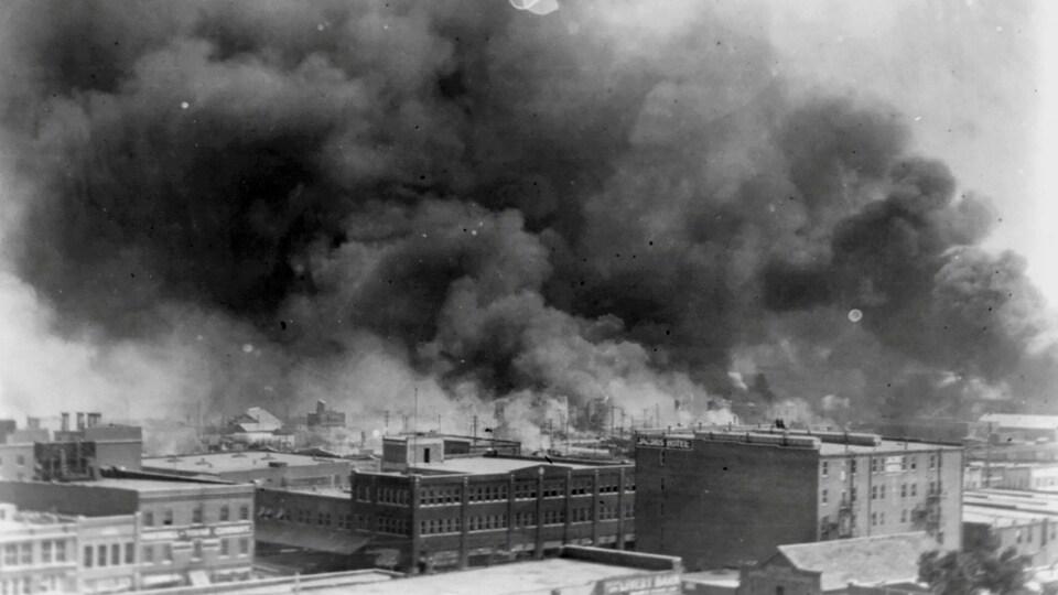 De la fumée s'échappe de plusieurs bâtiments.
