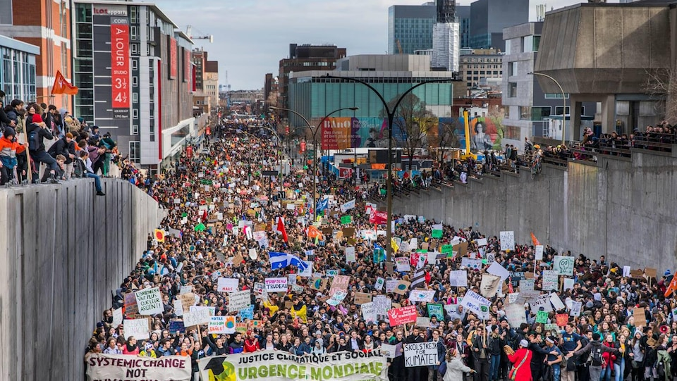 Une mer de jeunes dans les rues de Montréal, pendant une grève pour le climat.