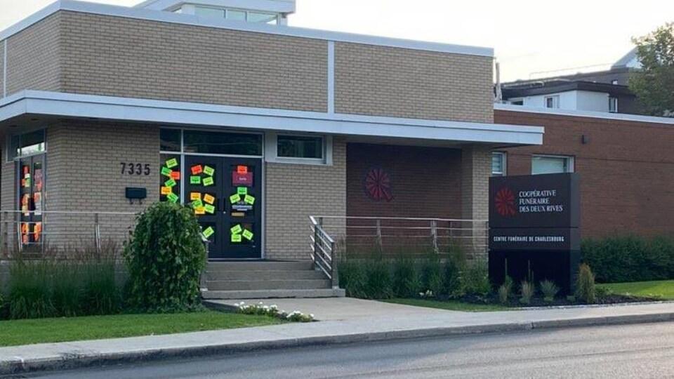 Des affiches ont été placardées sur les portes extérieures.