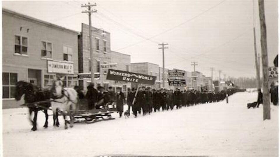 Les travailleurs dans les rues de South Porcupine à l'hiver 1912.
