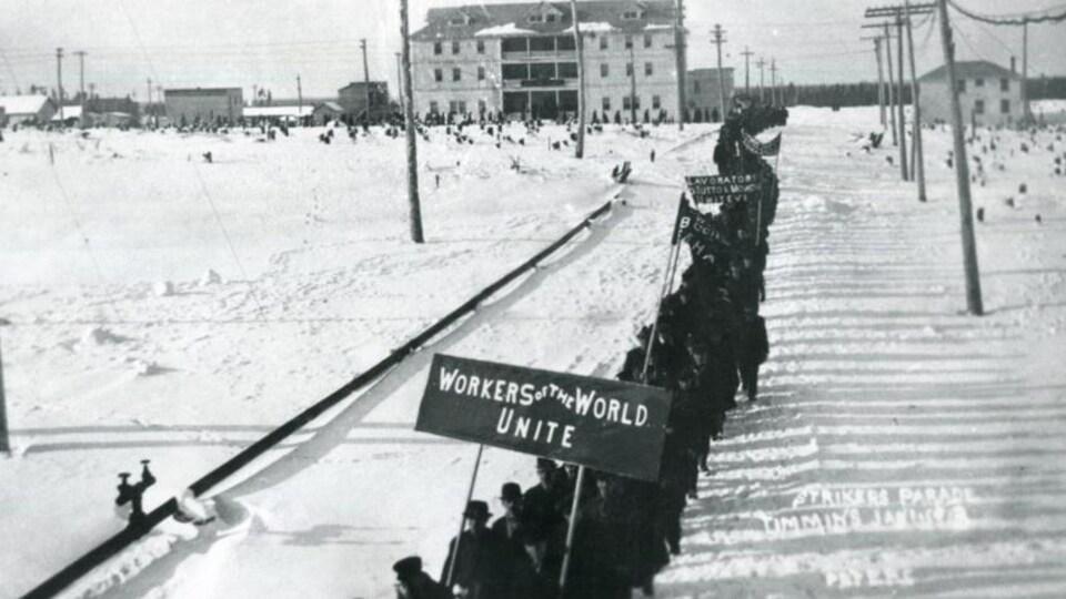 Les travailleurs miniers manifestent face à l'hôtel Goldfields, en janvier 1913.