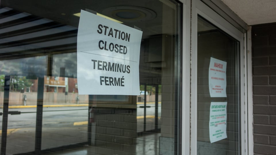 """Une affiche indiquant """"terminus fermé""""."""