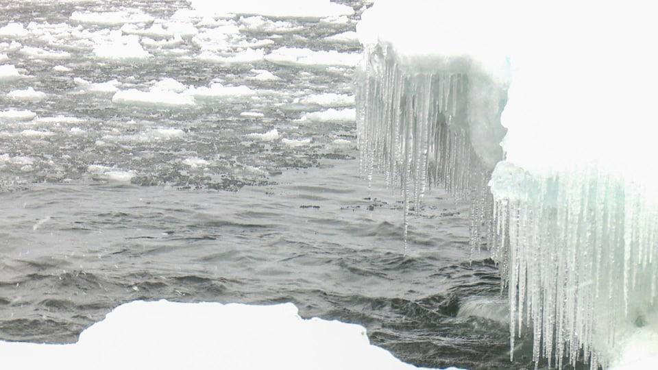 De la glace et de l'eau.