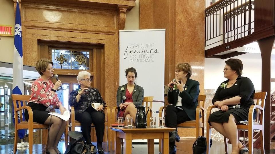 Des femmes participent à un panel.