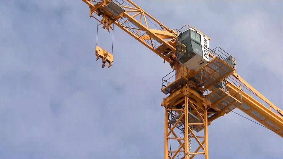 Vue d'une grue d'un chantier de construction à Québec, le 28 avril 2020