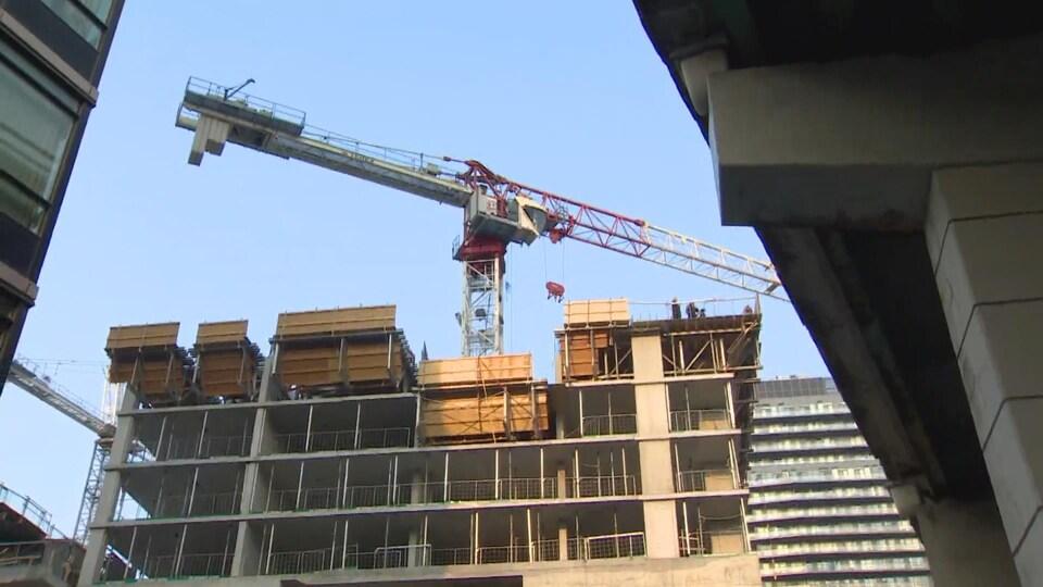 la grue sur le chantier de construction