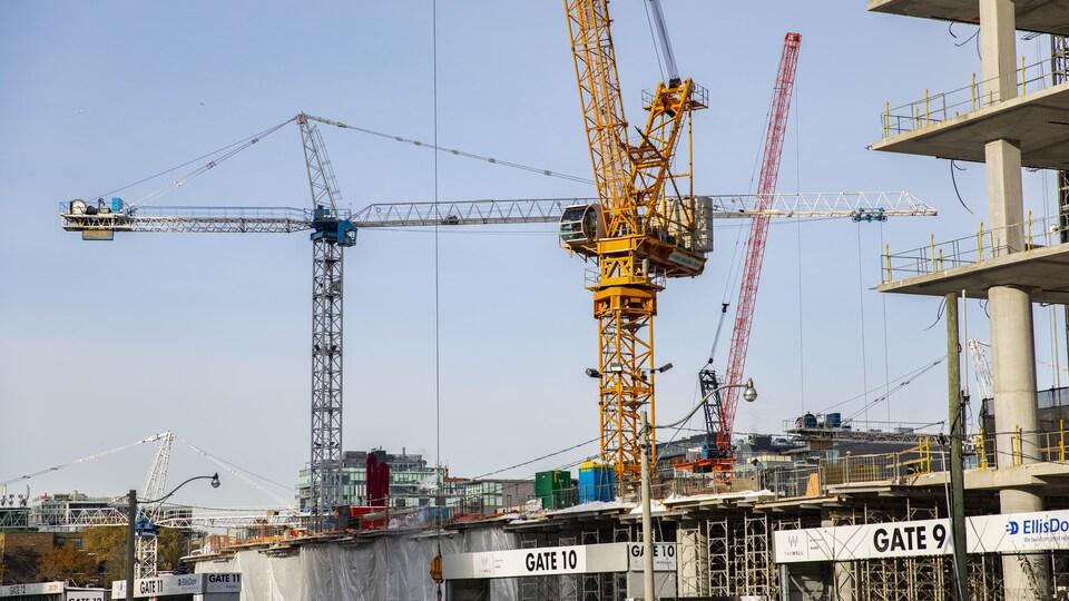Un chantier de construction avec des grues.