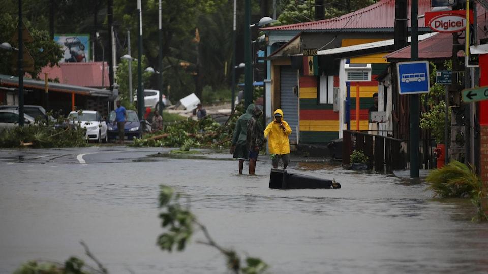 Une rue inondée à Pointe-à-Pitre en Guadeloupe après le passage de l'ouragan Maria, le 19 septembre 2017.