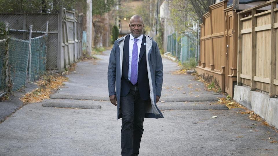 Un homme marche dans la rue.