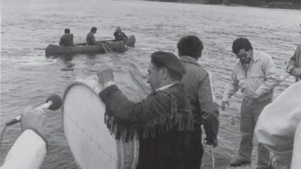 Des pêcheurs dans une embarcation.