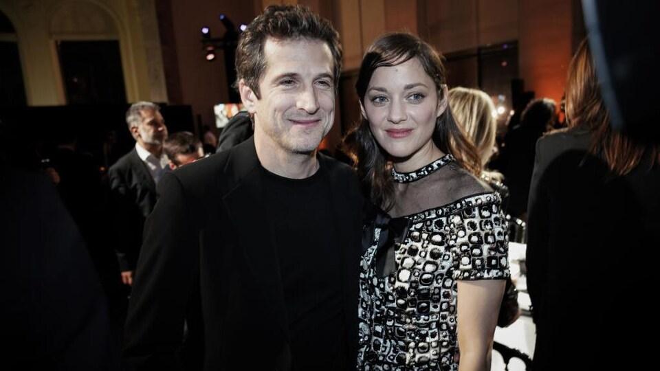 Le couple pose.