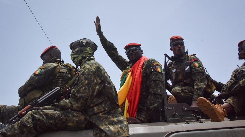 Un groupe de militaires sur un véhicule.