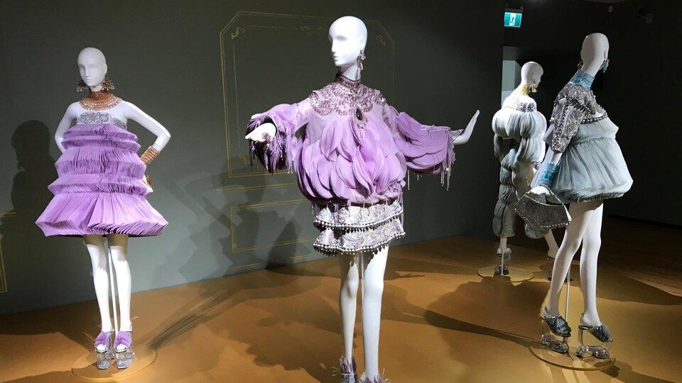 Quatre mannequins habillées avec des robes élaborées